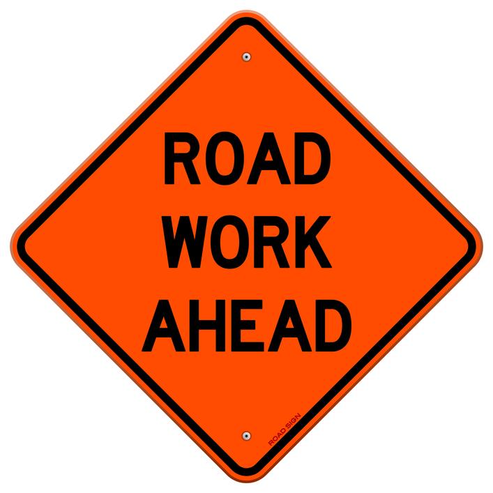 """Señalización vial en naranja que contiene el mensaje """"trabajo en la carretera más adelante"""""""